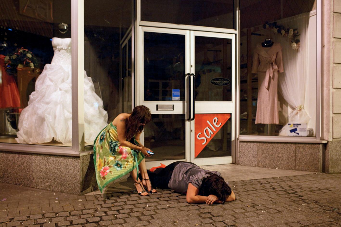 Пьяная женщина лежит 12 фотография