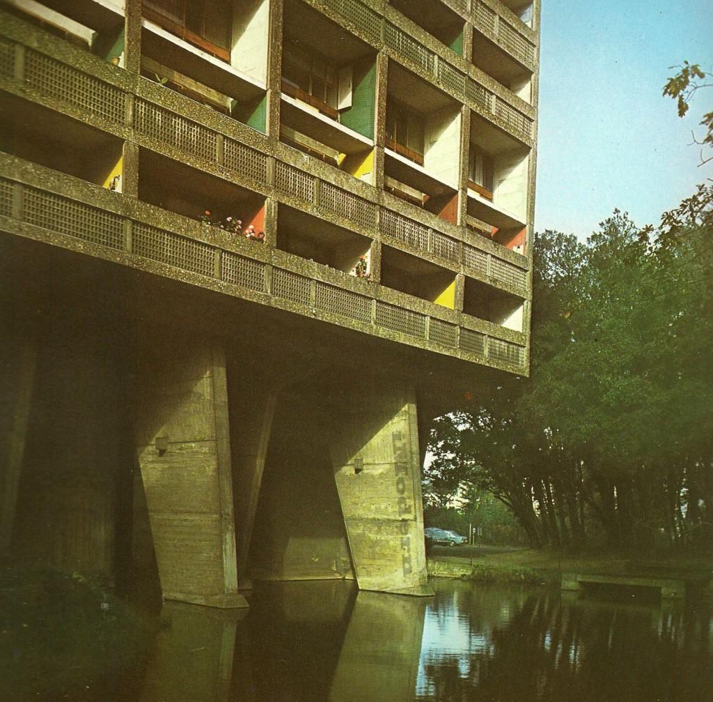 5-Le Corbusier-L'Unite d'habitation-Nantes-Reze-Pilotis