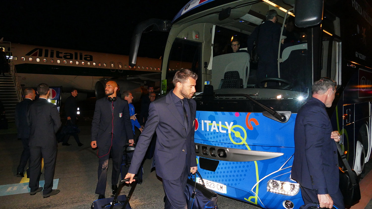 Arrivee joueurs italie italien entraineur staf a aeroport montpellier